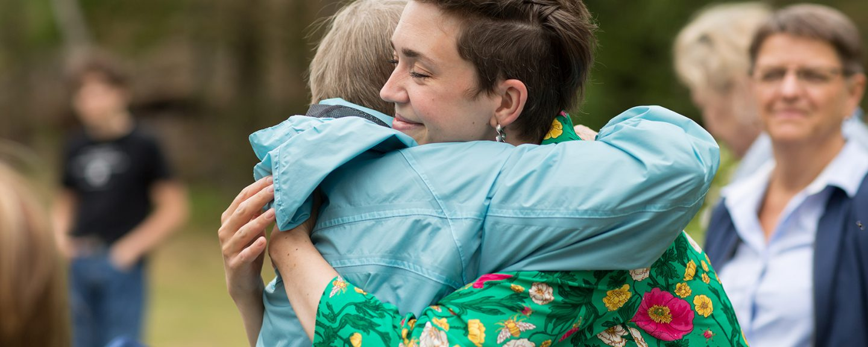 Personal kramar äldre kvinna inom äldreomsorgen. Foto: Erik Nordblad