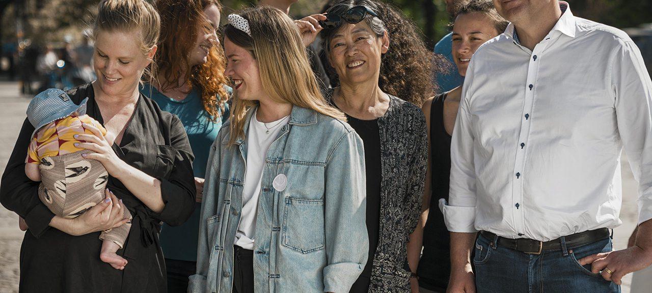 Jonas Sjöstedt (V) med glada väljare.