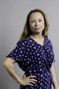 Maria Ljuslin, halvkropp i blå klänning mot vit bakgrund. Foto Jessica Segerberg