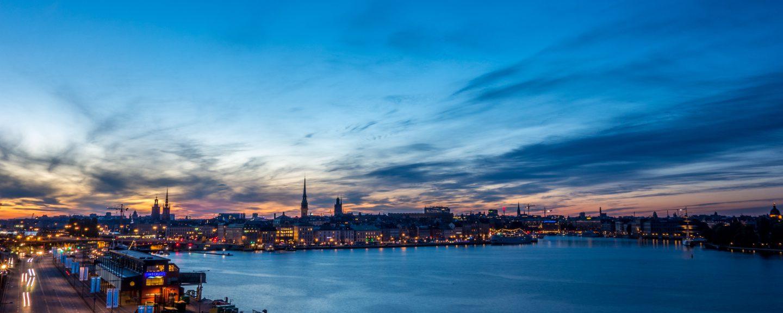 Foto av Stockholms skyline i skymningsljus