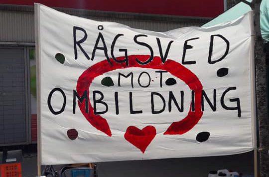 Foto av en banderoll med texten Rågsved mot ombildning