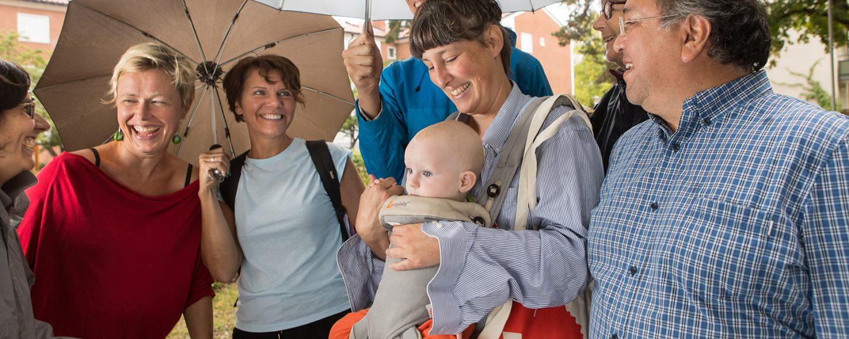 Glada människor under paraply. Foto: Erik Nordblad